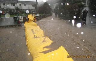le barrage anti inondation water-gate protège un quartier d'une coulée de boue