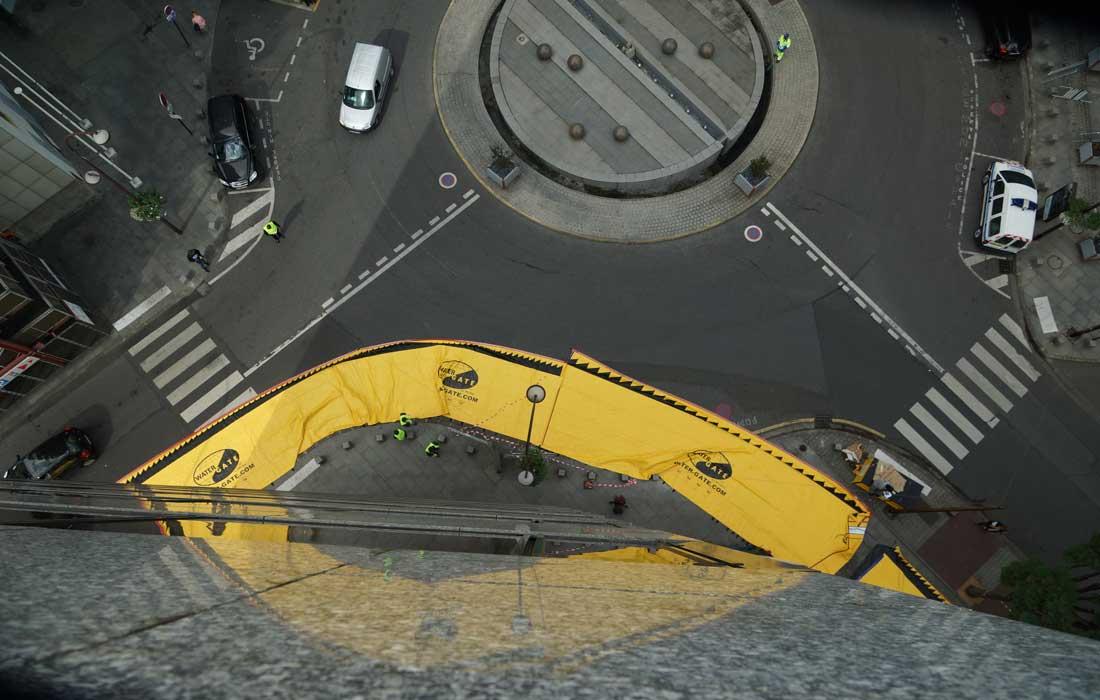 On se sert de la voie publique qui sera inutilisable en cas de crue pour protéger un bâtiment à 360°