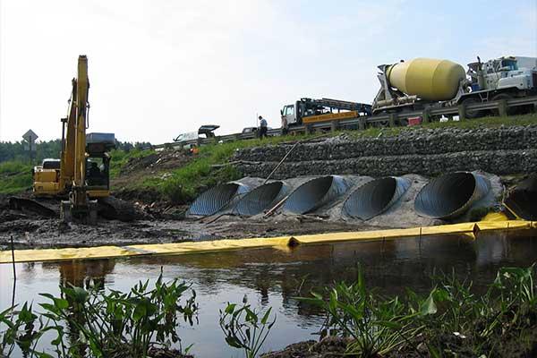 Travaux rivière. Batardeaux souples Water-Gate©. Installation en L à l'aval. Busage, dérivation d'un cours d'eau.