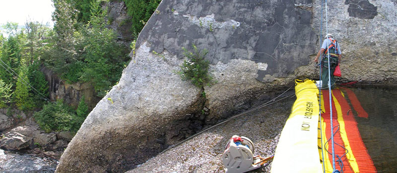 Installation on a free threshold weir. Maintenance work by rope. View from the left bank.